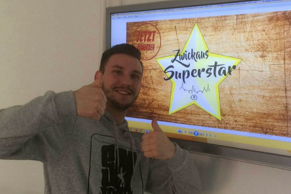 """Rapper Smaxiz alias Christopher Kühn (26) mit dem brandneuen Logo von  """"Zwickau sucht den Superstar""""."""
