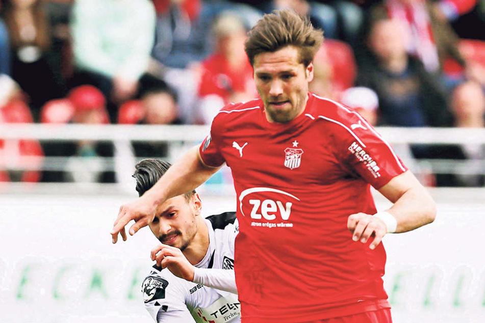 Zwickaus Stürmer Ronny König (vorn, gegen Aalens Alexandros  Kartalis) hat gute Chancen, in dieser Saison die Torschützen-Kanone der 3. Lia  abzustauben.