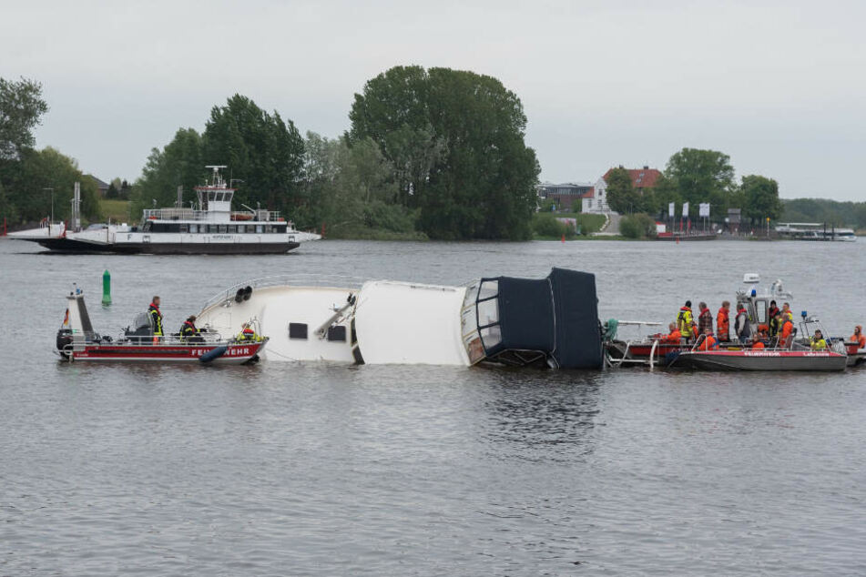 Die Rettungskräfte haben das in Schieflage geratene Boot im Auge.