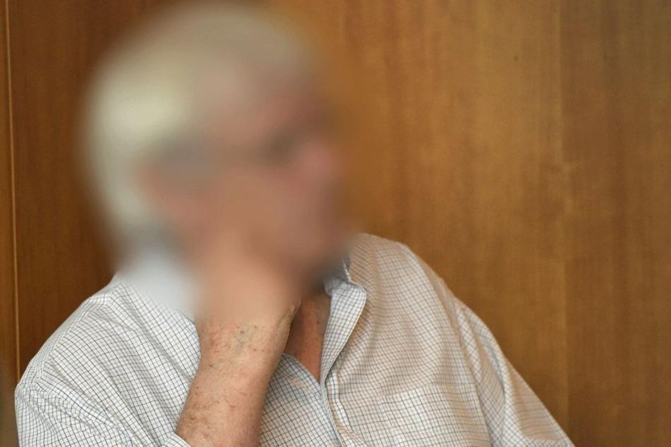 Der Angeklagte Heinrich Peter T. wartet am 22. Juni 2017 im Landgericht in Bonn auf den Beginn seines Prozesses.