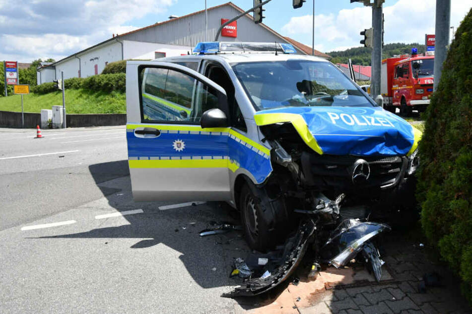 Der Streifenwagen schlitterte nach dem Crash bis zu einer Hecke.