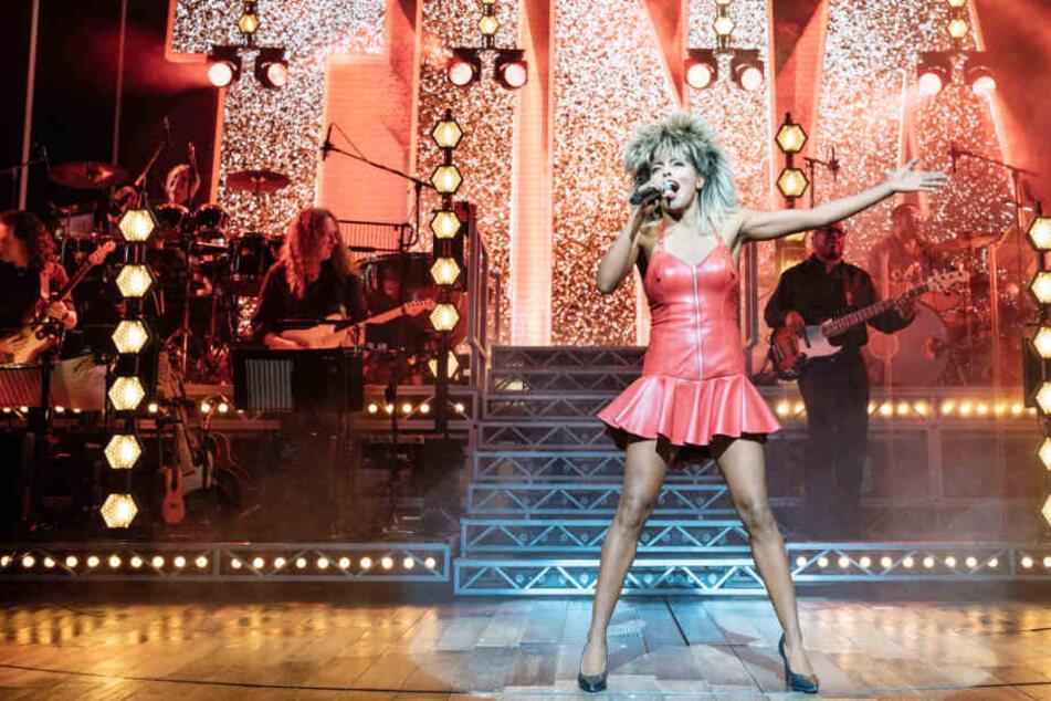 Eine Sängerin singt in einer Szene aus dem Tina-Turner-Musical.