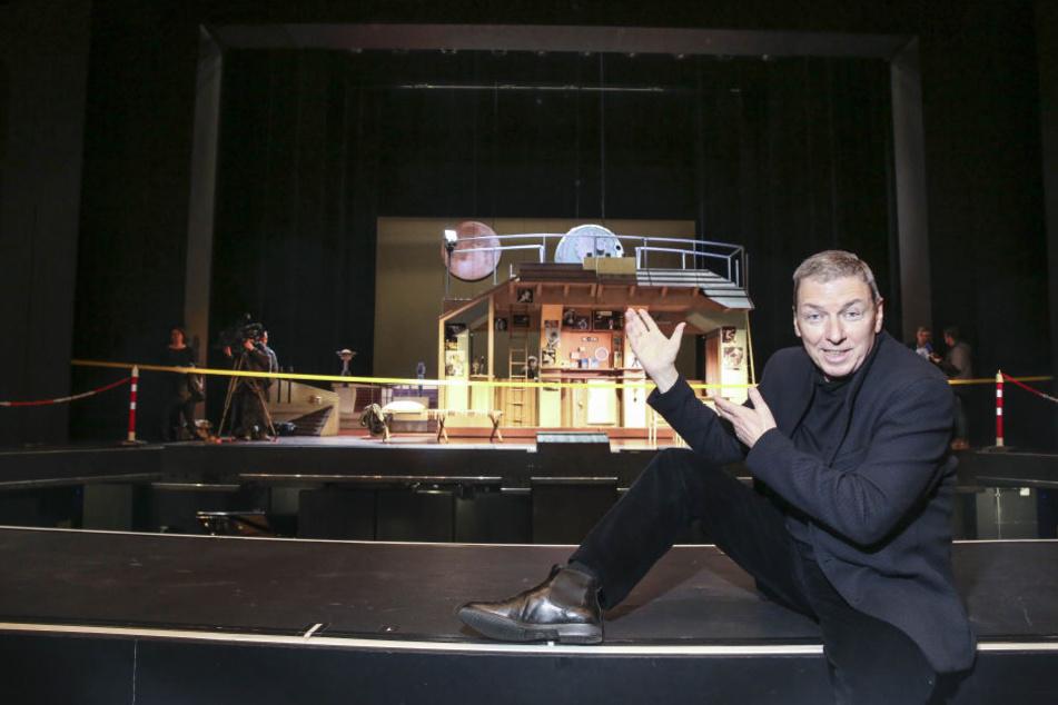 Operetten-Intendant Wolfgang Schaller bietet sich als Einpack-Hilfe bei der Weihnachts-Aktion seines Theaters an.