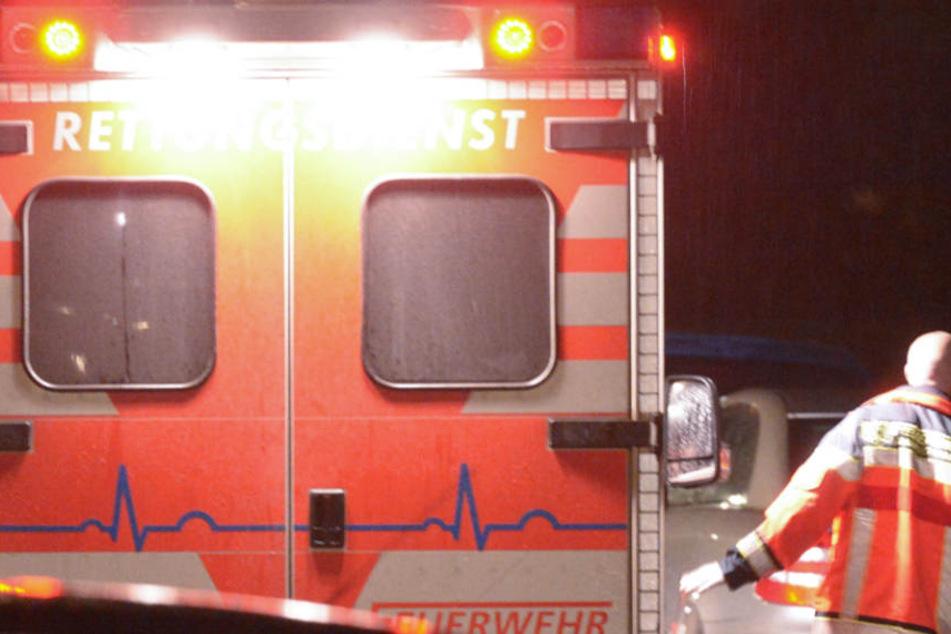 Der Fahrer wurde in seinem Wagen eingeklemmt und schwer verletzt (Symbolbild).