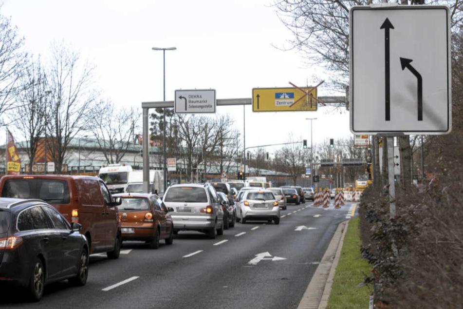 Durch die gesperrte Fahrspur staut sich der Verkehr stadteinwärts noch mehr als sonst.