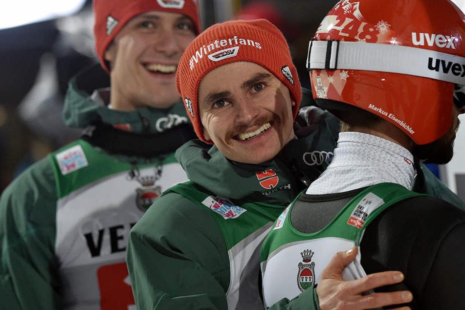 Richard Freitag (27) freut sich mit seinem Teamkollegen Markus Eisenbichler (27, von hinten) über dessen zweiten Platz in Oberstdorf.