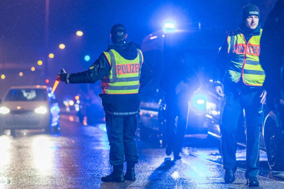 Beamte halten in Freiburg Fahrzeuge an. Hunderte Polizisten waren im Einsatz.