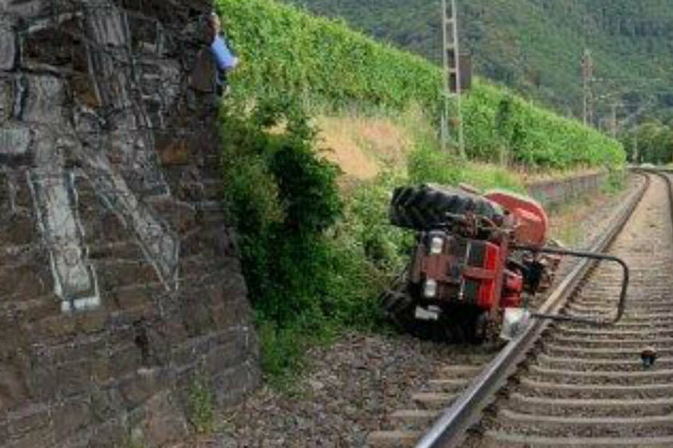 Das landwirtschaftliche Fahrzeug blieb halb auf dem Gleis liegen.