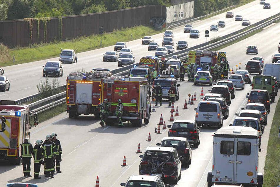 Ein Großaufgebot an Feuerwehr, Polizei und Rettungskräfte eilte zur Unfallstelle.