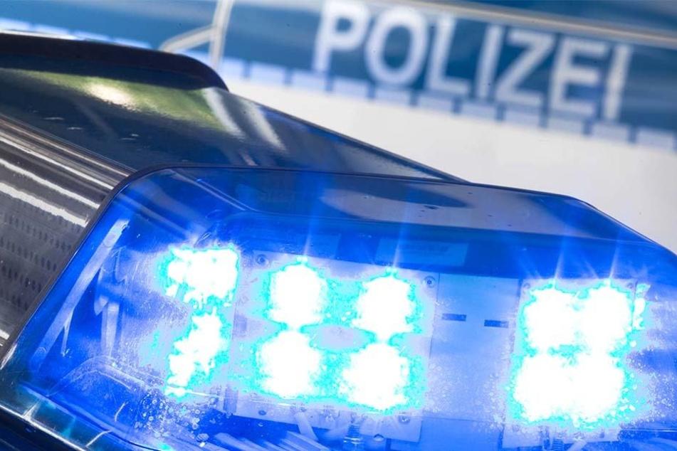 Der unbekannte Täter bedrohte die Spielhallen-Mitarbeiterin mit einer Waffe (Symbolbild).
