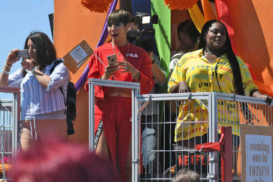 Die Serienstars Jackie Cruz (M-r) und Danielle Brooks (Orange Is the New Black) stehen bei der Christopher-Street-Day-Parade auf einem Wagen.