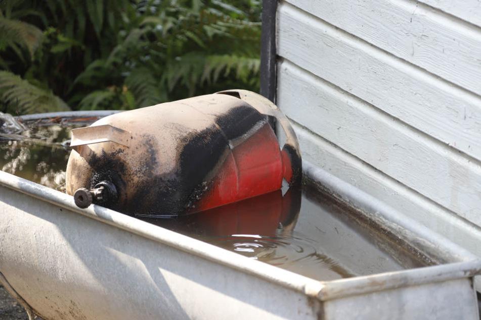 Die Gasflasche fing plötzlich Feuer.