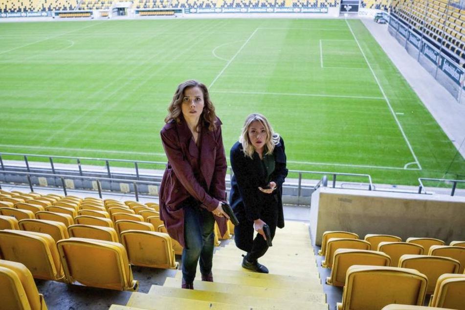 Die Ermittlerinnen Karin Gorniak (Karin Hanczewski, 35, l.) und Heni Sieland  (Alwara Höfels, 35) nehmen die Spur des Täters im Fußballstadion auf.