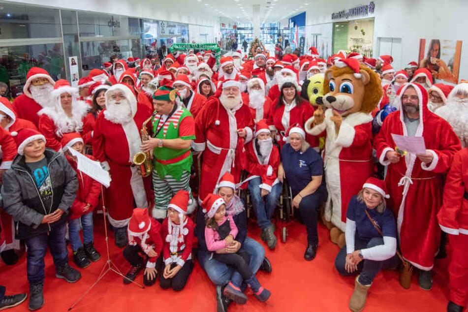 Ein Weihnachtsmannchor sang im Altchemnitz Center - dafür gab's 1000 Euro, die nun einem wohltätigen Zweck zugute kommen.