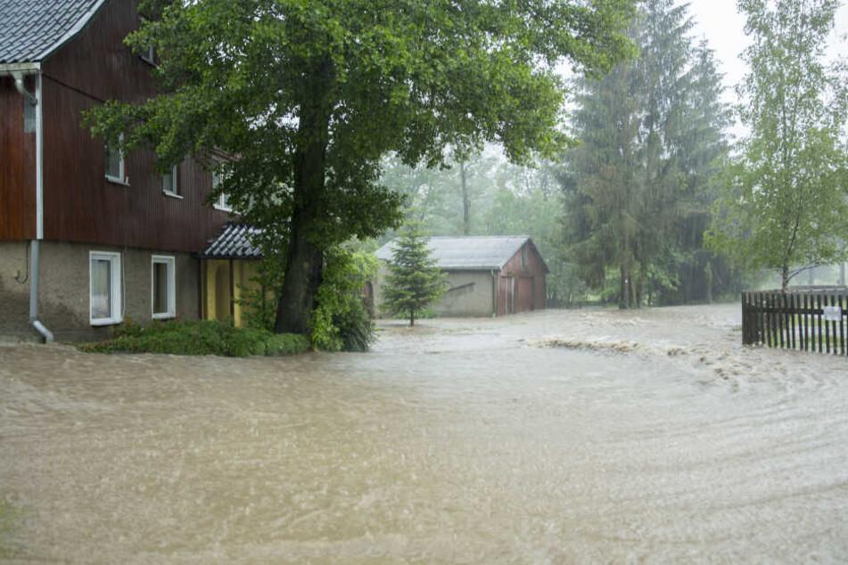 Bei einem Gewitter mit Starkregen im Bereich Adorf/Bad Elster/ Oelsnitz wurden zahlreiche Straße überflutet.