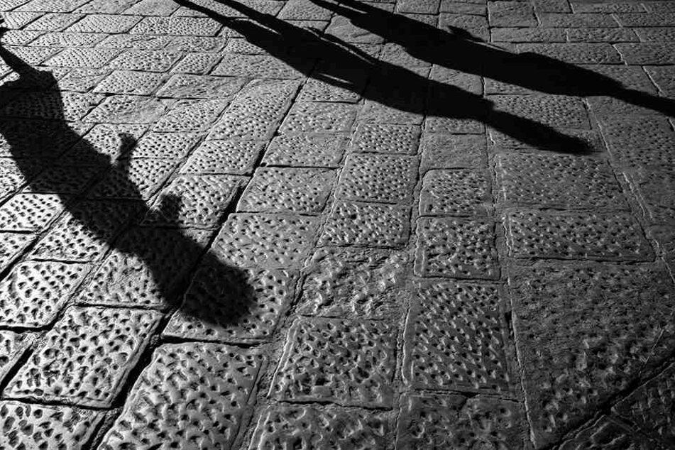 Frau in Unterführung angegriffen und ausgeraubt: Polizei sucht Zeugen