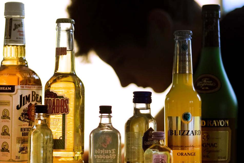 Weniger junge Menschen landen in Hessen nach dem Alkoholverzehr im Krankenhaus. (Symbolbild)