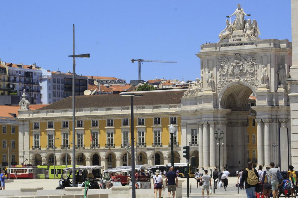 Touristen am Comercio-Platz in Portugals Hauptstadt Lissabon.