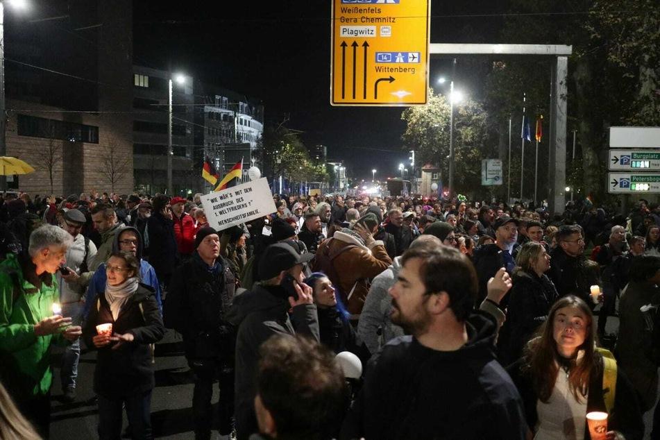 """Die """"Querdenker"""" zogen durch die Leipziger Innenstadt."""