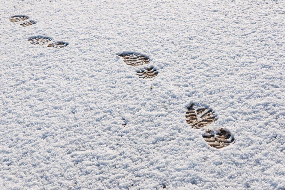 Spuren im Schnee haben in Chemnitz Einbrecher verraten. (Symbolbild)
