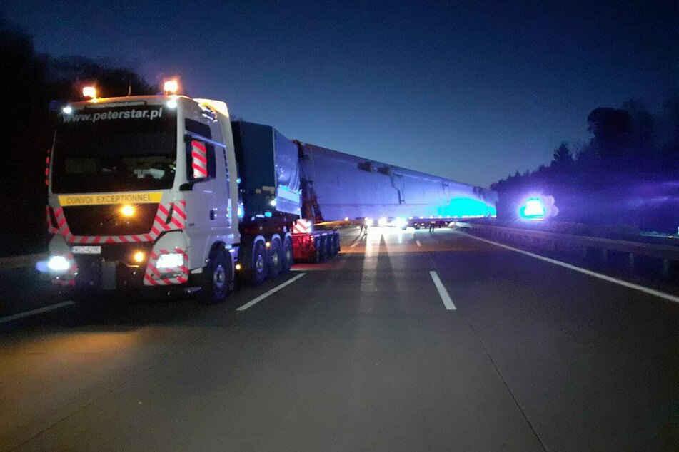 Der Laster blockiert die komplette Fahrtrichtung.