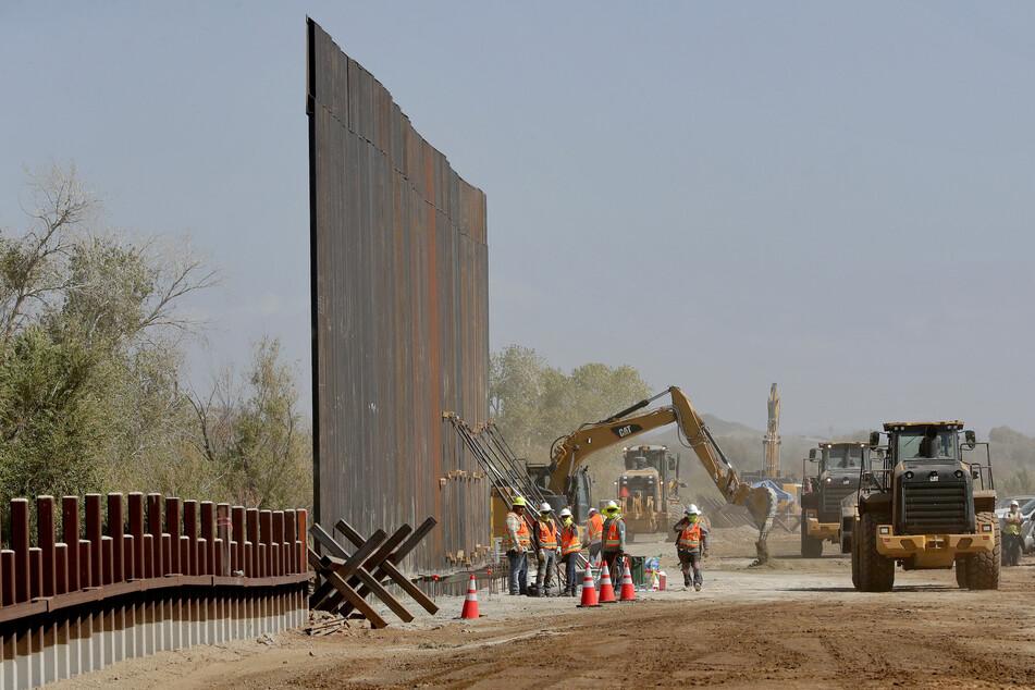 Vom Staat beauftragte Bauarbeiter errichten einen Teil der Grenzmauer am Colorado River zwischen den USA und Mexiko. (Archivbild)
