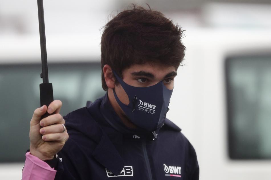 Lance Stroll aus Kanada vom Team Racing-Point geht auf der Nürburgring-Rennstrecke im Fahrerlager spazieren.