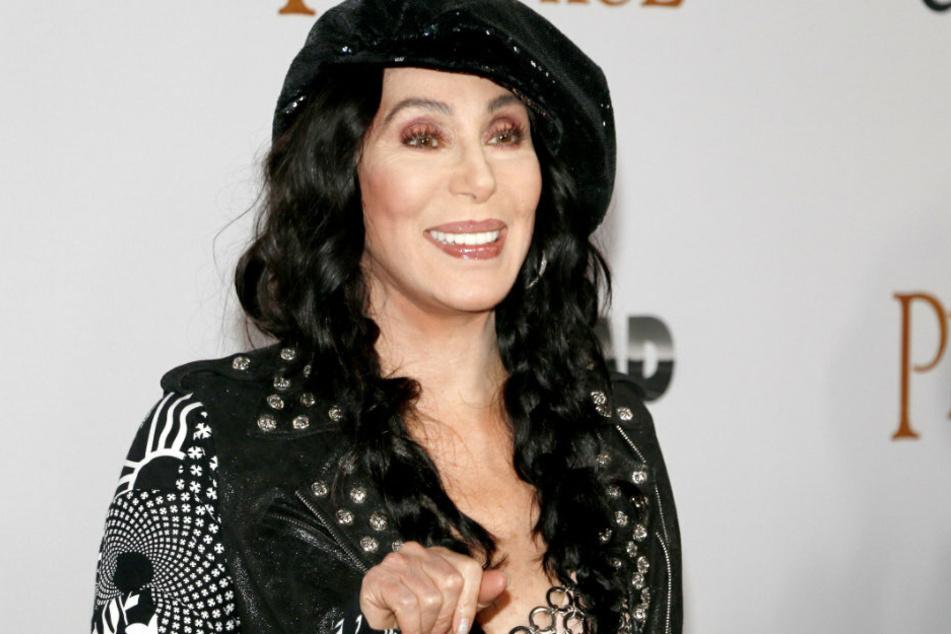 Pop singer Cher (74) wants volunteer for the elections.