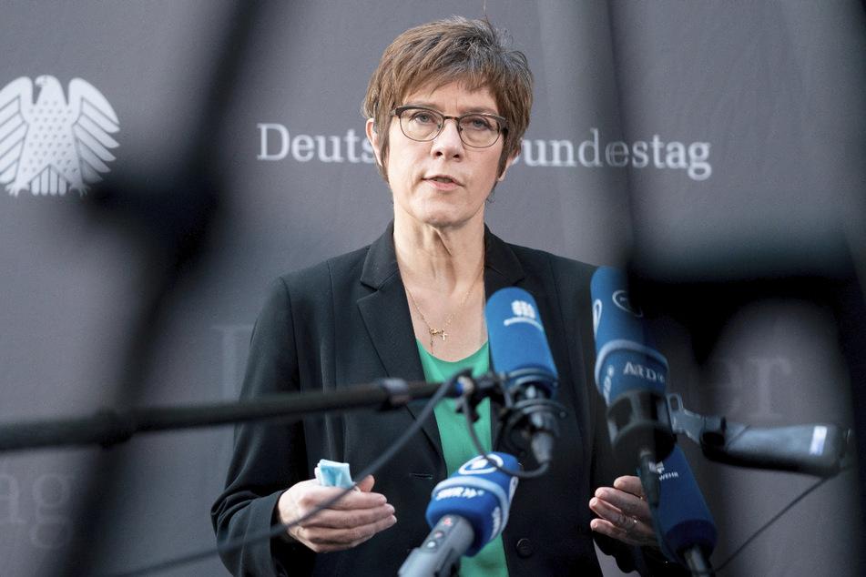 Verteidigungsministerin Annegret Kramp-Karrenbauer (58, CDU) hat diszplinare Vorermittlungen gegen den KSK-Kommandeur Markus Kreitmayr eingeleitet.