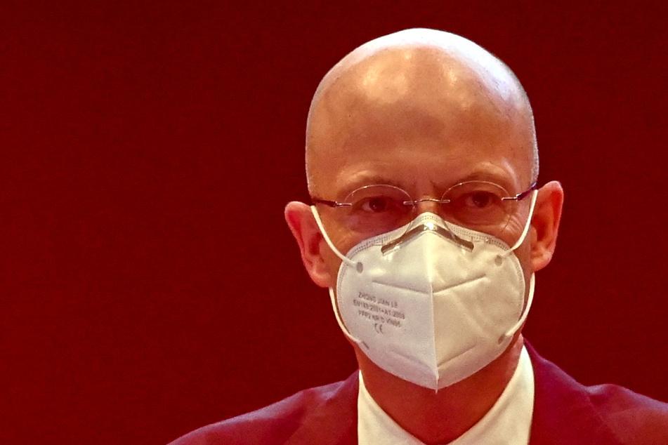 Stadtrat-Sondersitzung nach Impf-Skandal: Muss Halles OB jetzt seinen Hut nehmen?