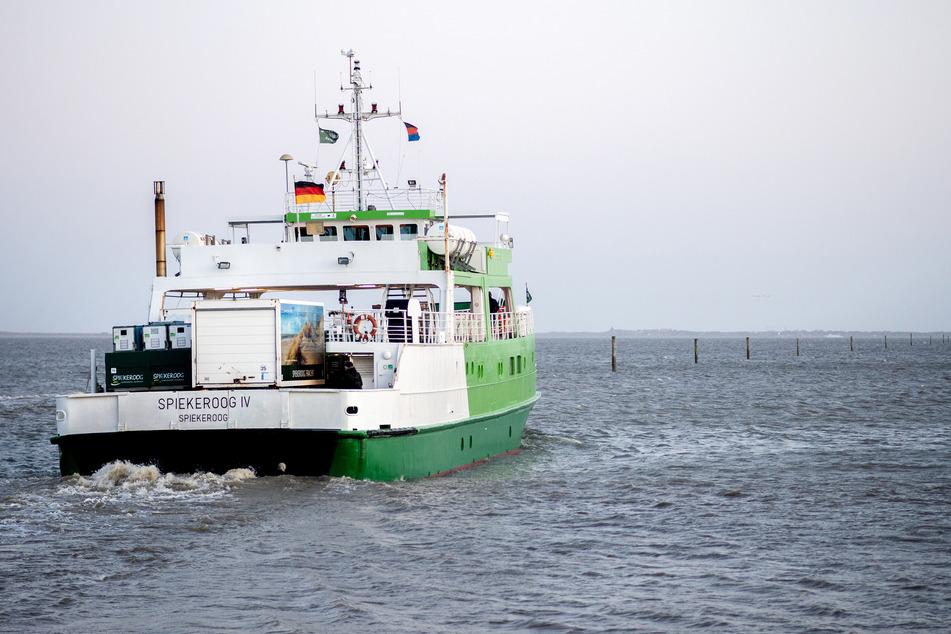 """Die Fähre """"Spiekeroog IV"""" verlässt den Hafen in Richtung der ostfriesischen Insel Spiekeroog."""