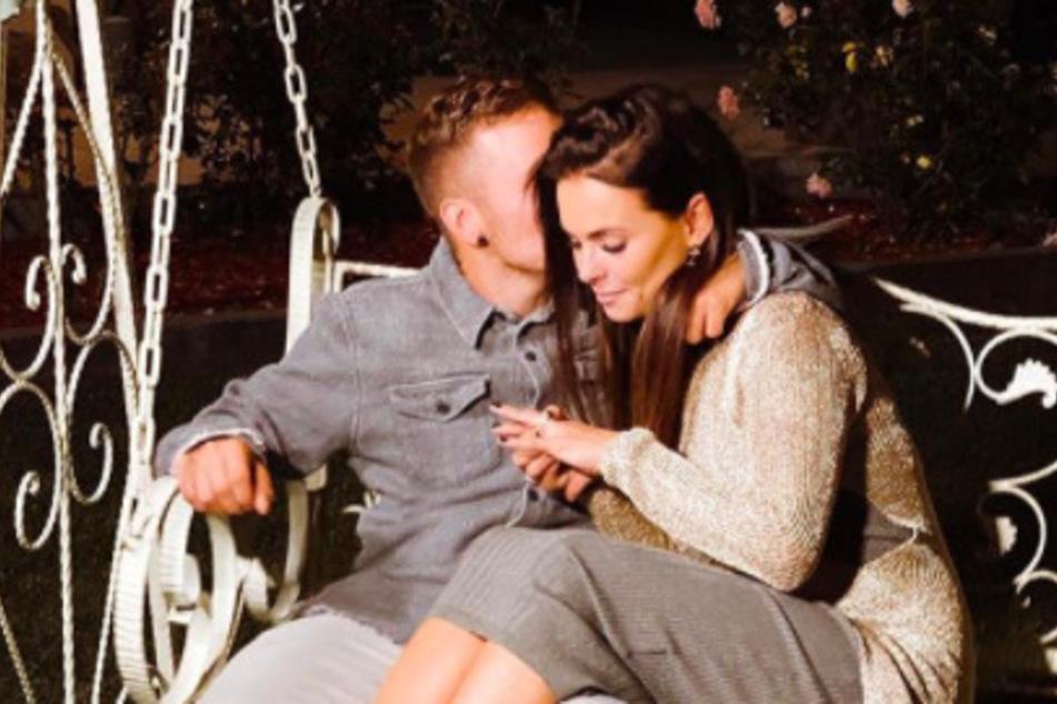 Denisé Kappés (30) und Henning Merten (31) haben sich verlobt.