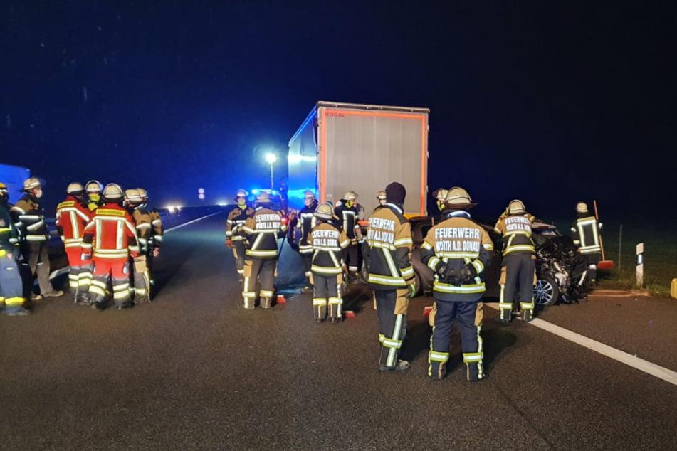 Zahlreiche Rettungskräfte stehen an der Unfallstelle auf der A3.