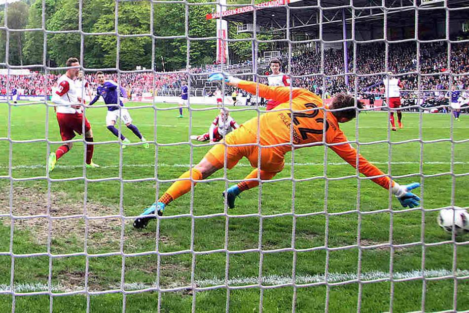 Mario Kvesic schießt das 1:0 und lässt dabei Julian Pollersbeck im Tor des FCK keine Chance.