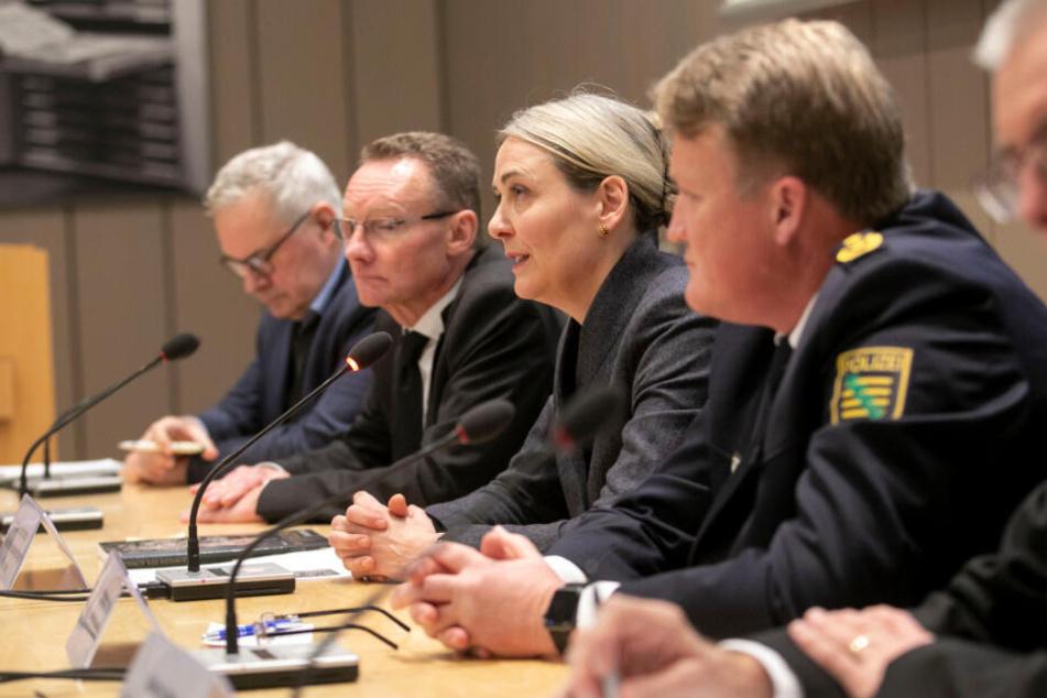 Bittere Stunde: Generaldirektorin Marion Ackermann (2.v.r.) betonte bei der gestrigen Pressekonferenz den unschätzbaren Wert der gestohlenen Pretiosen.