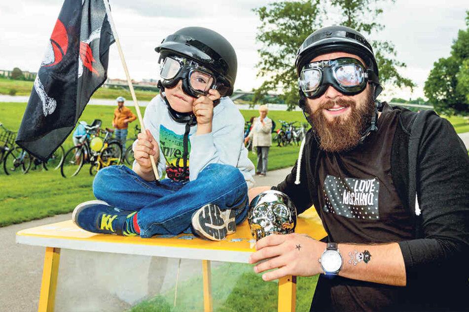 Waren drei Jahre lang nur Zuschauer, rasten jetzt erstmals mit: Piloten  Manuel (35) mit Sohnmann Fritz (6).