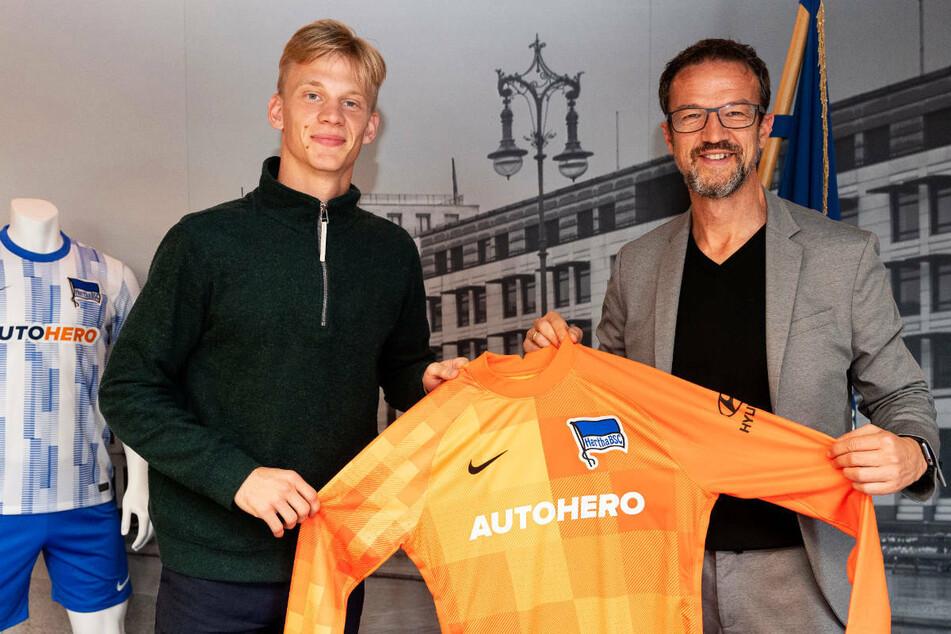 Hertha-Manager Fredi Bobic (49, r.) präsentiert den neuen Hertha-Keeper Oliver Christensen (22).