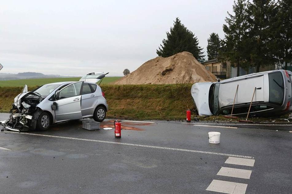 Der BMW landete im Straßengraben, beide Autos wurden schwer beschädigt.
