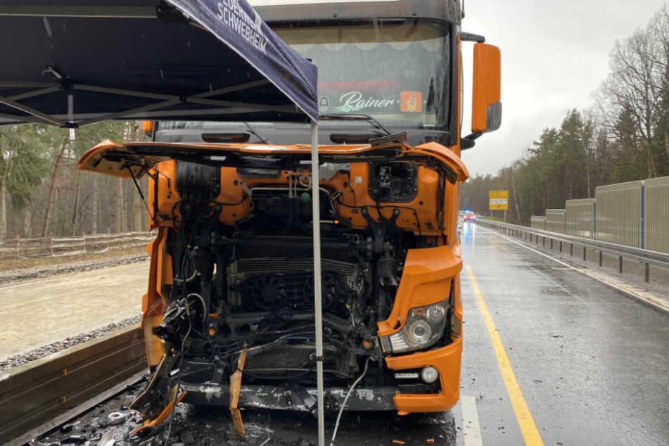 Der Fahrer krachte mit seinem auto gegen einen entgegenkommenden Lastwagen.