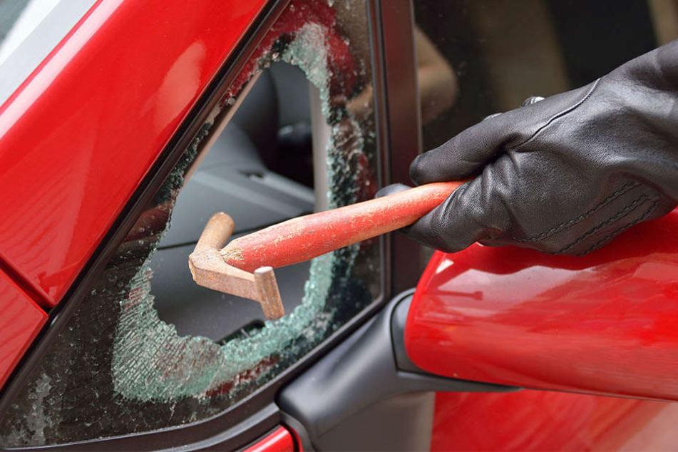 Der unbekannte Autoknacker hatte eine Seitenscheibe eingeschlagen, um an die Gegenstände im Fahrzeug zu gelangen. (Symbolbild)