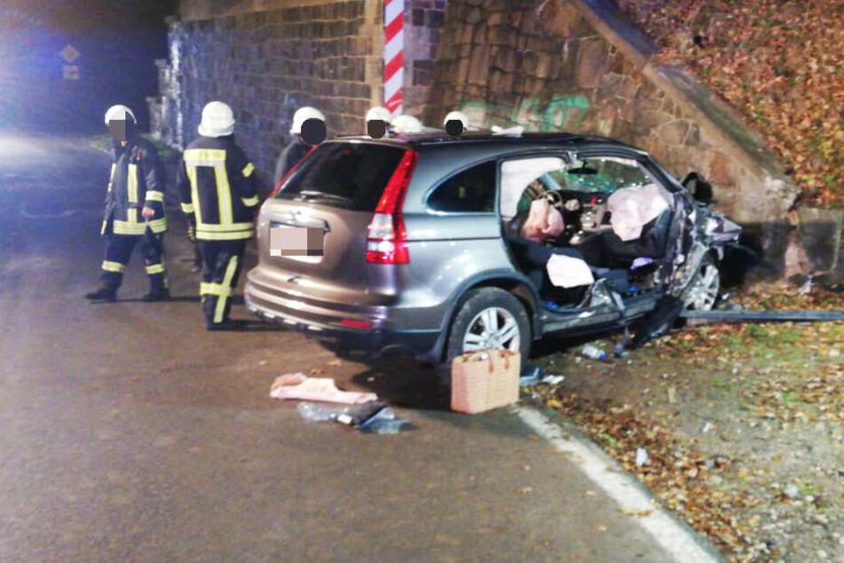 Das Auto war gegen eine Wand in der Unterführung gekracht.