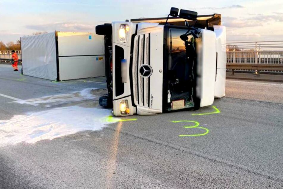 Schwerer Unfall auf der A2: Lkw kracht in Leitplanke, ein zweiter kippt um!
