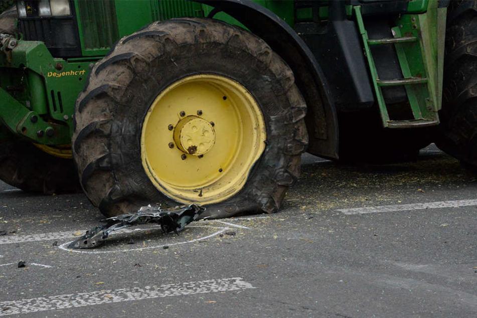Der Audi krachte gegen den Vorderreifen des Traktors.