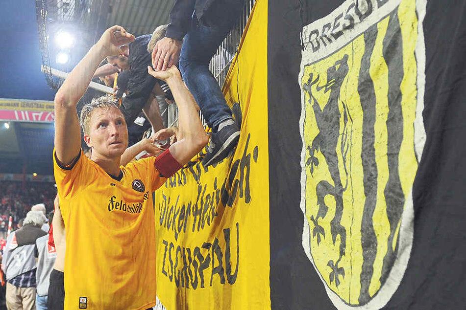 Dynamo-Kapitän Marco Hartmann klatscht nach dem 2:2 bei Union mit den Fans ab.