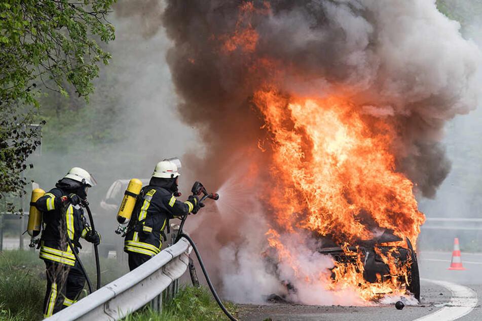 Die Fahrerin konnte sich unverletzt retten. (Symbolbild)