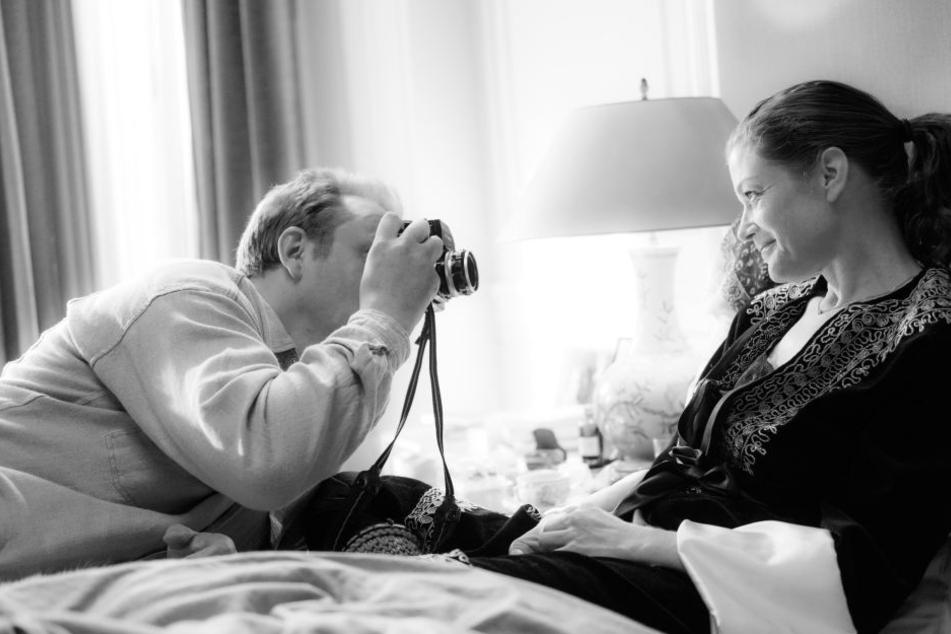"""Robert Lebeck (Charly Hübner) gelingen berührende Aufnahmen von Romy Schneider (Marie Bäumer) in einer Szene des Films """"3 Tage Quiberon""""."""