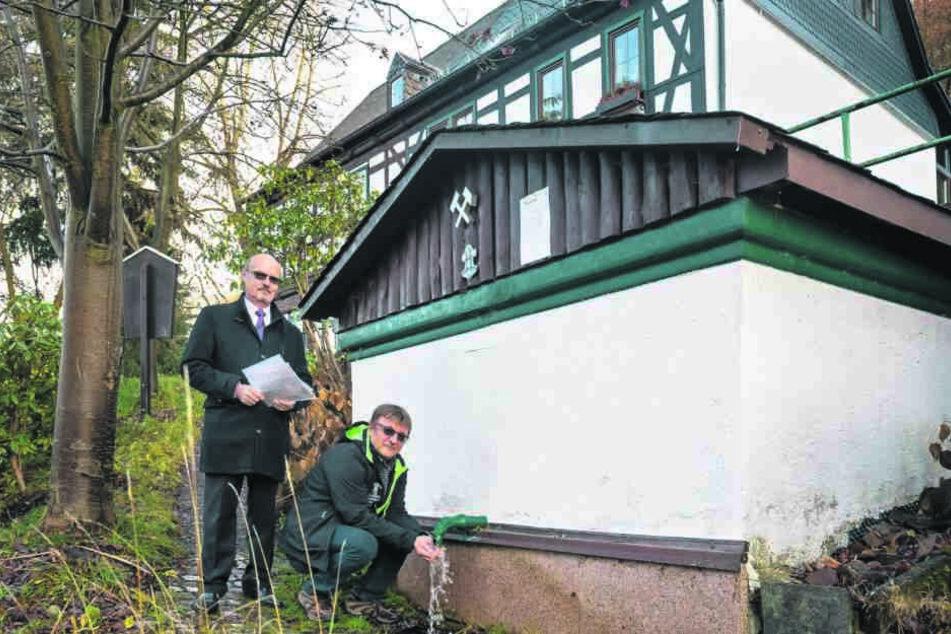 """Die Mitglieder des Historischen Bergbauvereins Aue haben das """"Brünnel"""" schon wieder zum Fließen gebracht."""