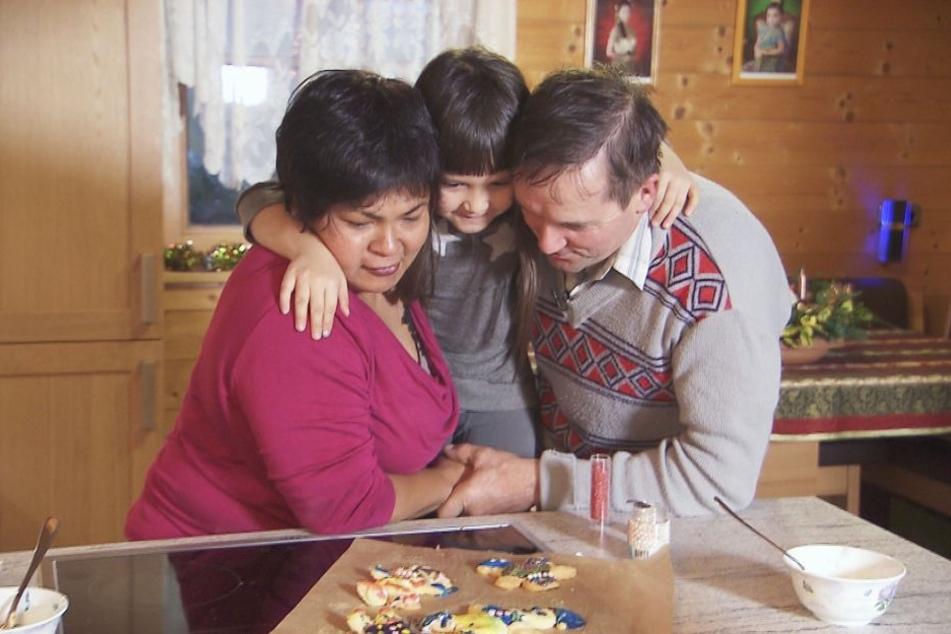 Glückliche Familie: Narumol mit ihrem Mann Bauer Josef und der gemeinsamen Tochter Jorafina.