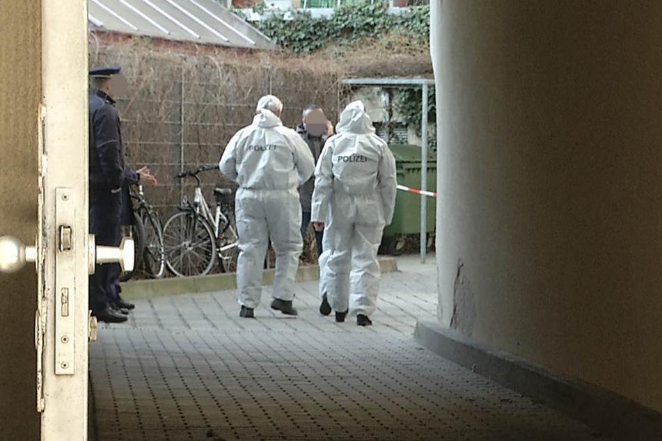 Kriminaltechniker sind vor Ort, um die Spuren zu sichern.