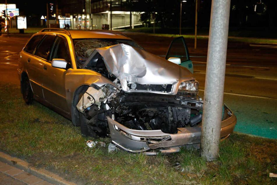 Der Volvo krachte gegen einen Ampelmast.